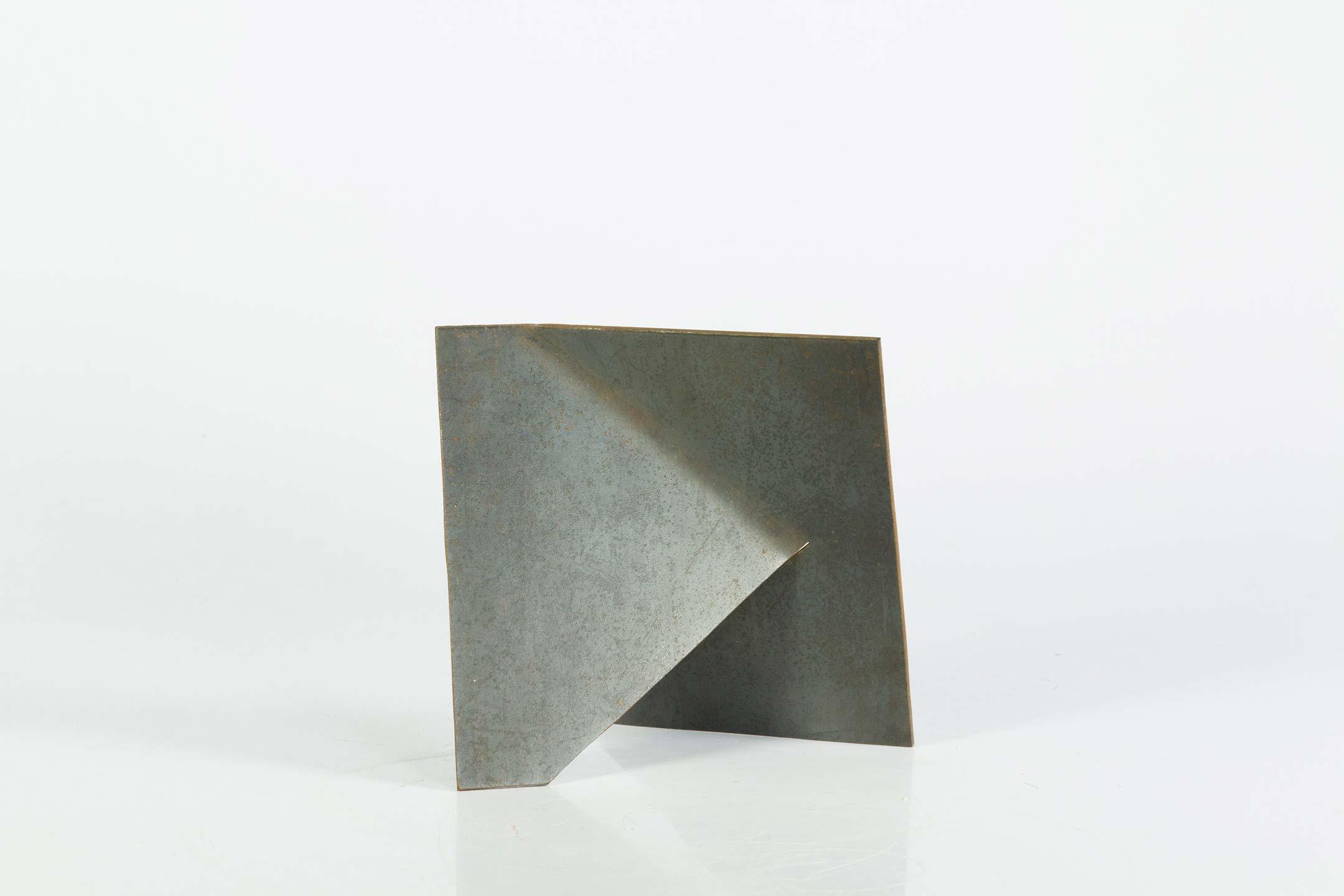 Amilcar de Castro, S/Título, aço, 15 x 15 x 0,3 cm, 1990