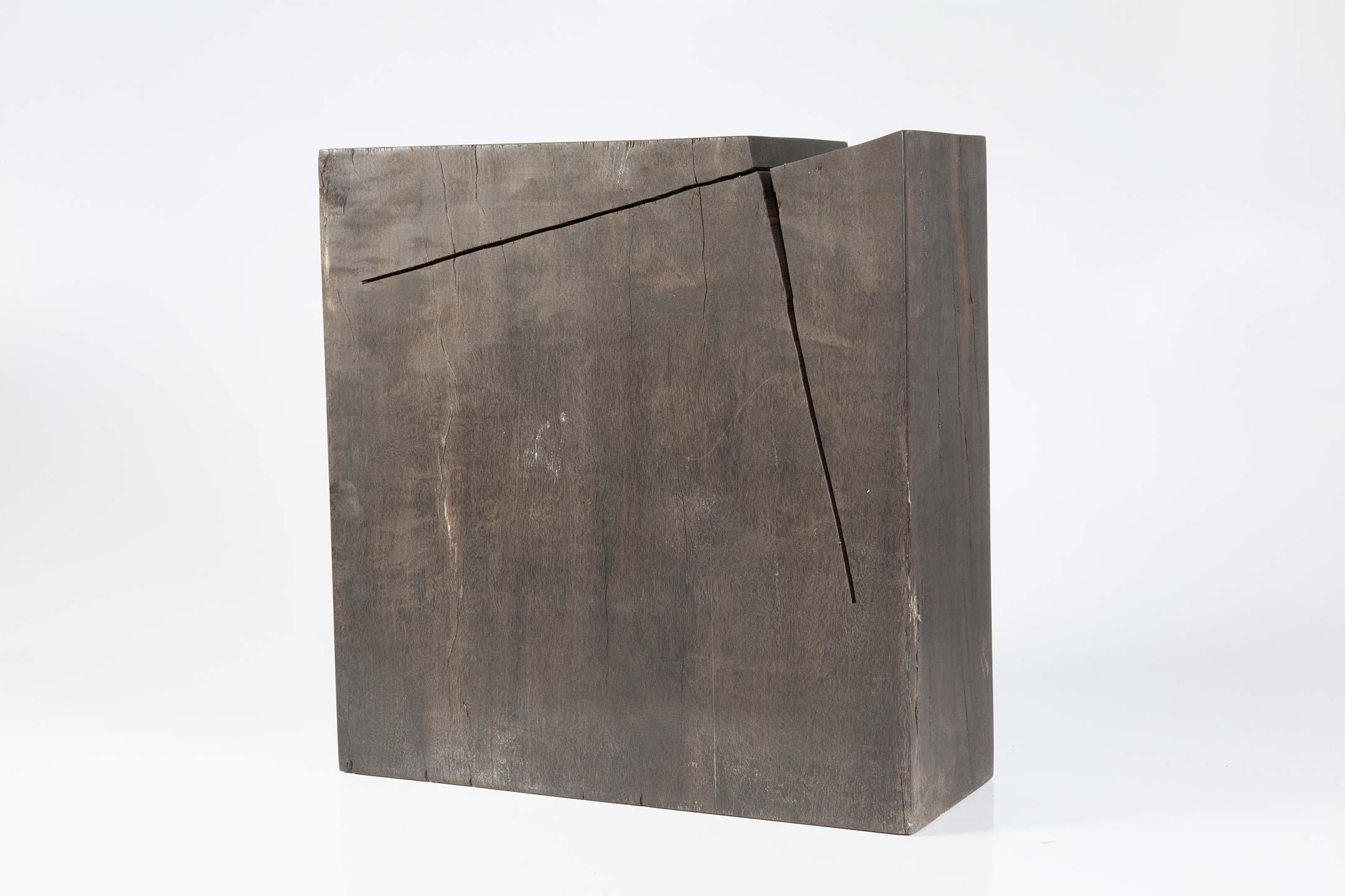 Amilcar de Castro, S/Título, madeira, 23 x 23 x 9,0 cm, década de 1980